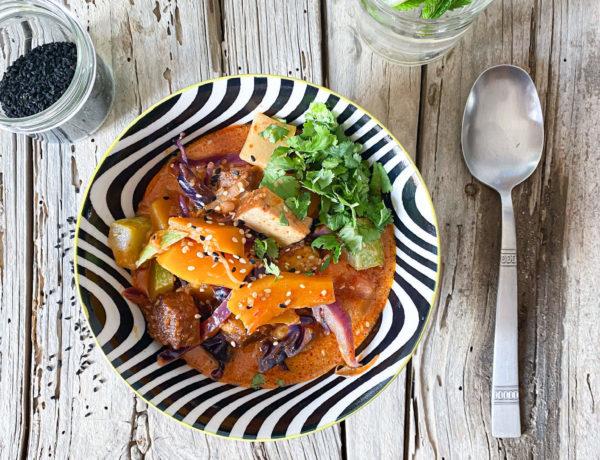 Veggie-Kokos-Bowl mit geräuchertem Tofu
